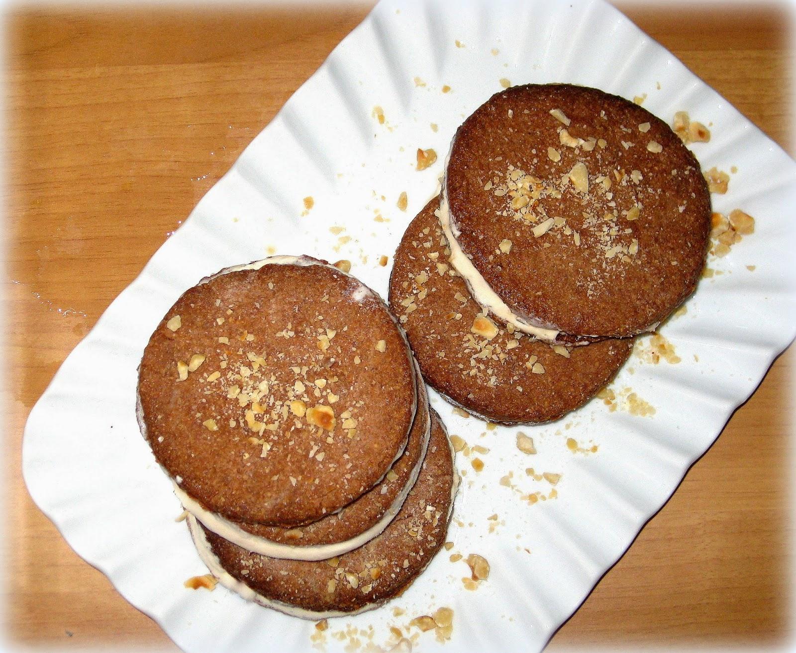 biscotti ripieni di gelato alla nocciola