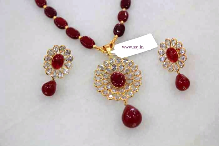 Gold sets with kundan for gifting at very reasonable rates pure gold gift sets in gold for your loved ones in the range of rs15000 onwards aloadofball Images