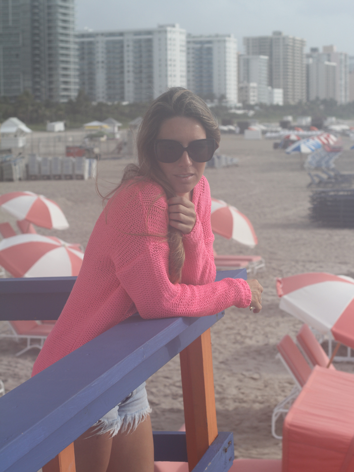 Outfit with fucsia sweater and denim shorts in Miami Beach by fashion blogger Mónica Sors, from Mes Voyages à Paris