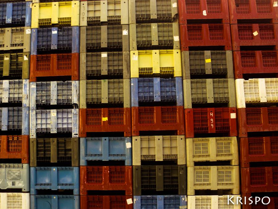 cajas de pescado de colores apiladas
