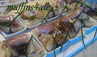 fingerfood: rotolini di carpaccio di tonno con caprino, mandorle e uova d'aringa, e fagottini di carpaccio di pescespada con crema di zucchine e laccetto d'erba cipollina