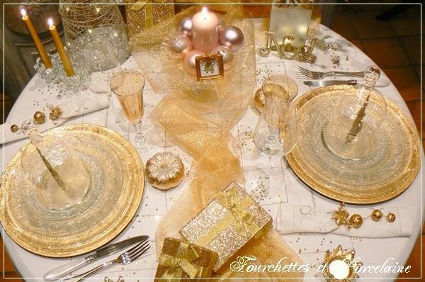 Fourchettes et porcelaine table un no l en or for Set de table carre