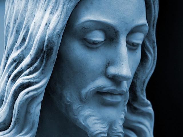 Estátua com o rosto de Jesus