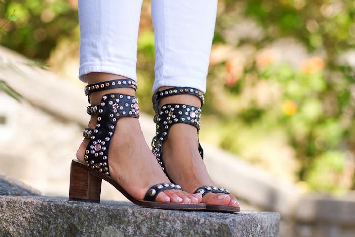 Sandalias con tachuelas atadas al tobillo