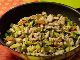 Wok d'aiguillettes de poulet aux courgettes et abricots
