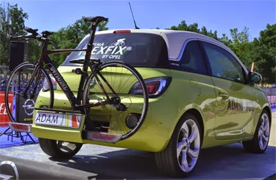 coche con sistema de transporte de bicicletas FlexFix integrado