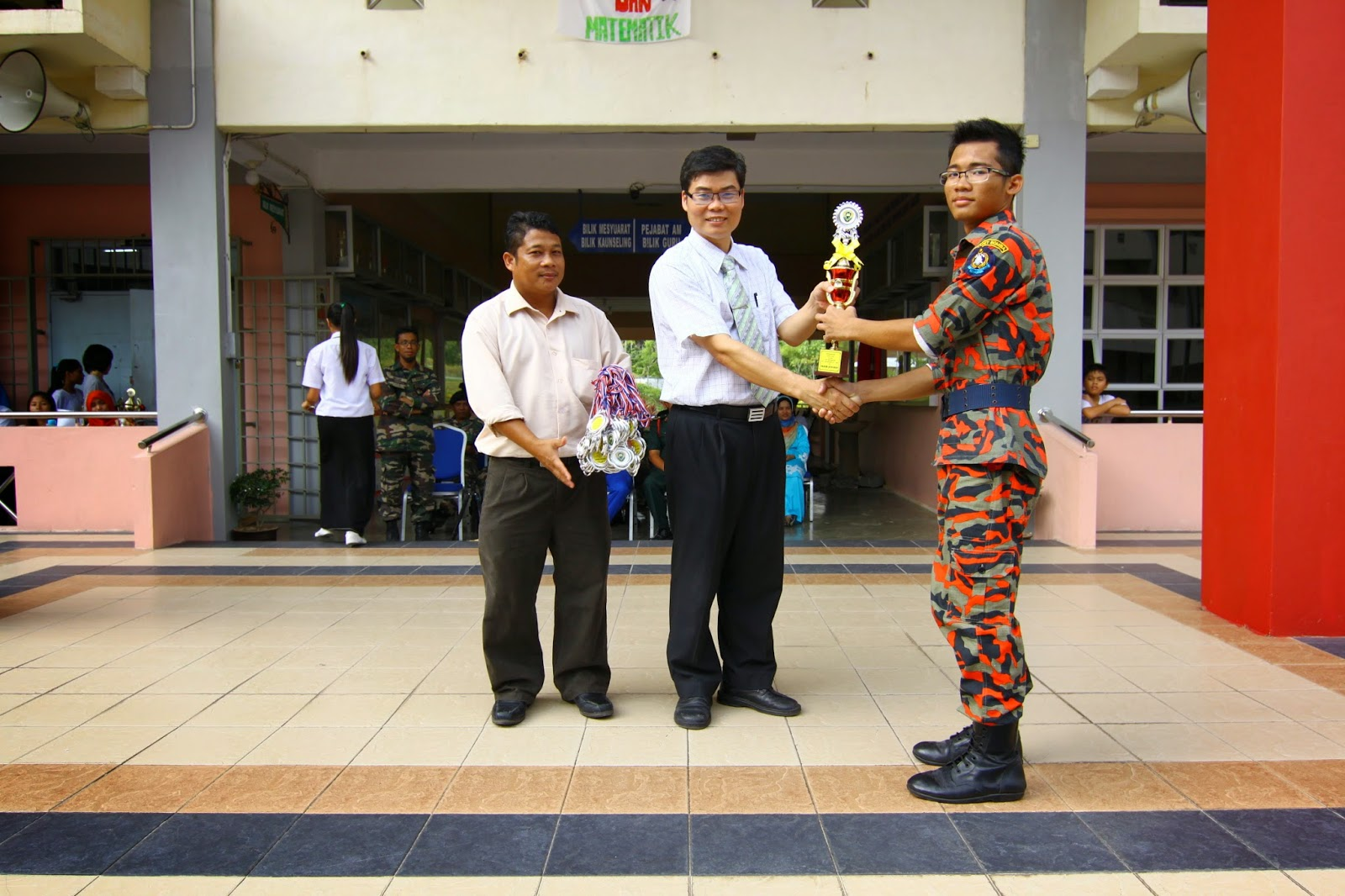 Penolong Kanan 1, Mr Lau Ngie Tung menyampaikan hadiah kepada pemenang Kawad Kaki Bomba
