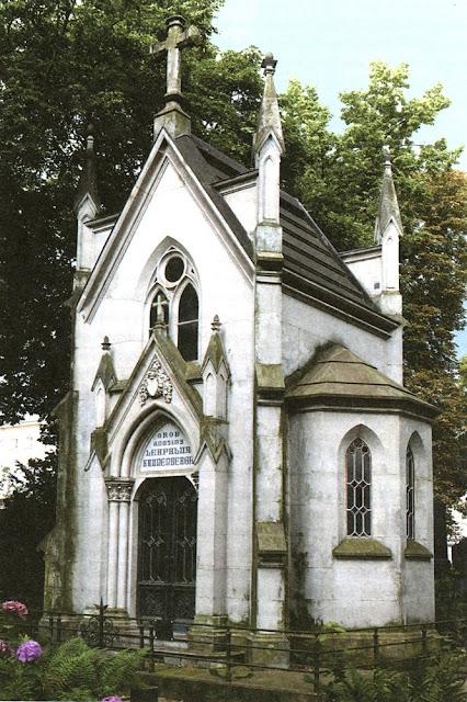 Grobowiec  rodziny Leopolda Kronenberga na cmentarzu ewangelicko-reformowanym w Warszawie. Fotografia współczesna.