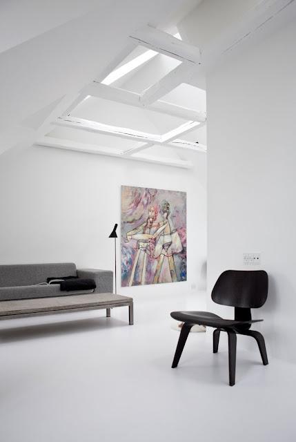 AJ Stehleuchte von Arne Jacobsen für LOUIS POULSEN und einen Eames Plywood Sessel von VITRA
