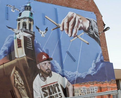 Streetart Antwerp | Happy in Red