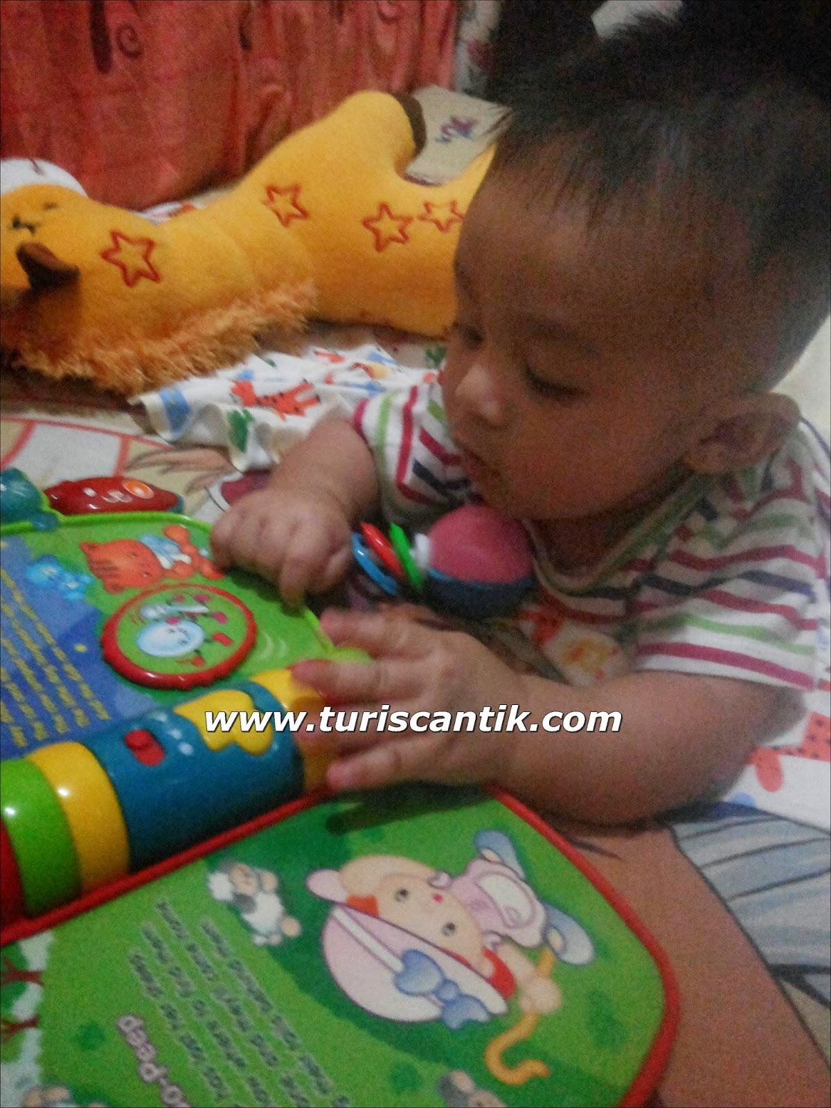 He loves reading book sampai sekarng masih pinjem yang ini