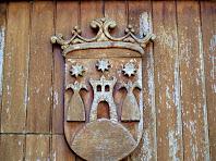 Detall de l'escut de Gurb, esculpit en fusta, del portal de la Rectoria de Sant Andreu de Gurb