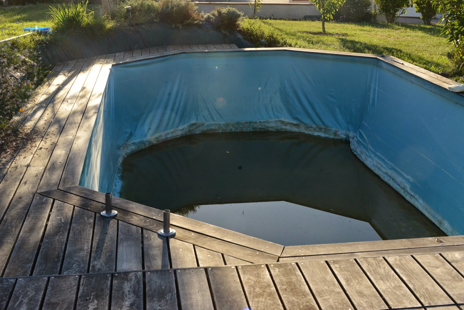 Construction d 39 une piscine en bois et destruction forc e for Piscine structure bois semi enterree