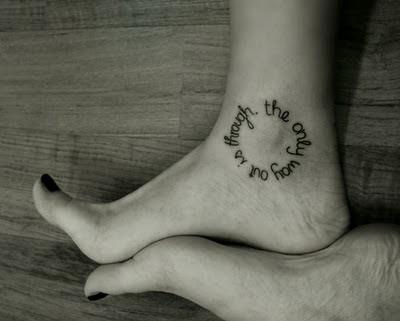 Tatuagens Femininas com Frases no Pé