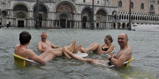 Kebanjiran,kota Venesia Kini Jadi Kolam Renang Raksasa [ www.BlogApaAja.com ]