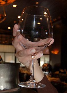 Como segurar um copo de vinho