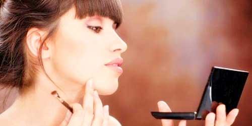 aplicar colorete maquillador