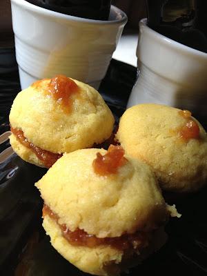 biscottoni allo zafferano ripieni di marmellata