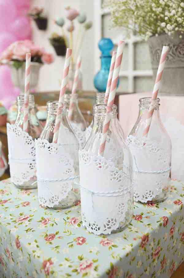 Udekorowane słoiczki do picia ze słomkami na garden party