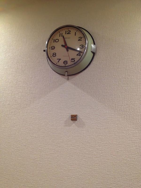 石膏ボードに固定した時計