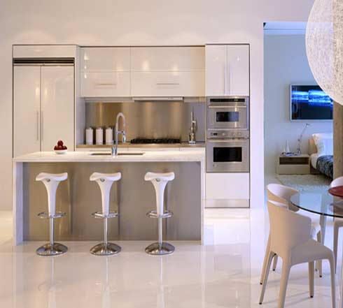 White kitchen design for Cocinas integrales para casas pequenas