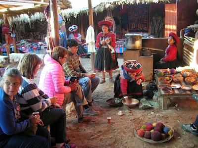 Tejedoras en Chinchero, Ollantaytambo, Perú, La vuelta al mundo de Asun y Ricardo, round the world, mundoporlibre.com