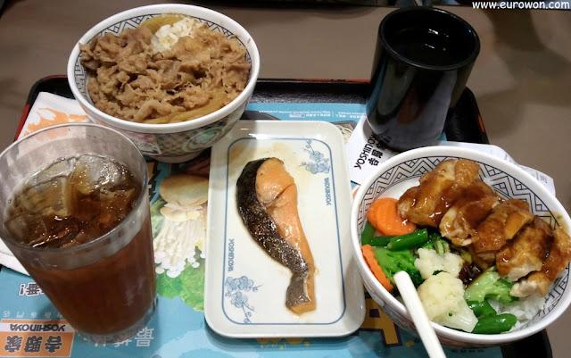 Té helado, arroz con carne, salmón y arroz con carne y vegetales