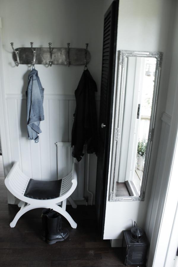 hall i svart och vitt, svarta gummistövlar med snörning, dr martens, spegel i hallen, bröstpanel i hallen, inredning hall