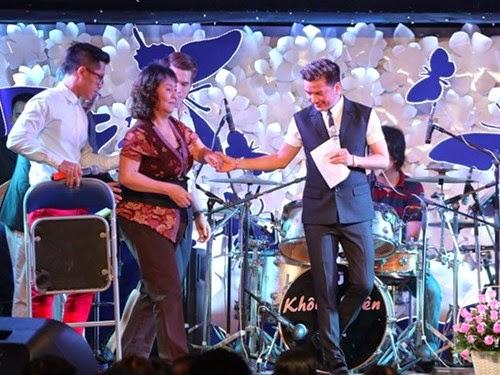 Để giúp đỡ đàn chị, ca sĩ Đàm Vĩnh Hưng đã đứng ra tổ chức đêm nhạc Chia sẻ yêu thương để quyên góp ủng hộ cô. Số tiền thu về sau đêm nhạc lên đến hơn 400 triệu đồng. Trong đó, 300 triệu đồng tiền mặt được trao cho nghệ sĩ Hoàng Lan, số còn lại dành tặng hai nghệ sĩ khác cũng đang phải chữa bệnh là Vinh Sử và Thanh Thế.