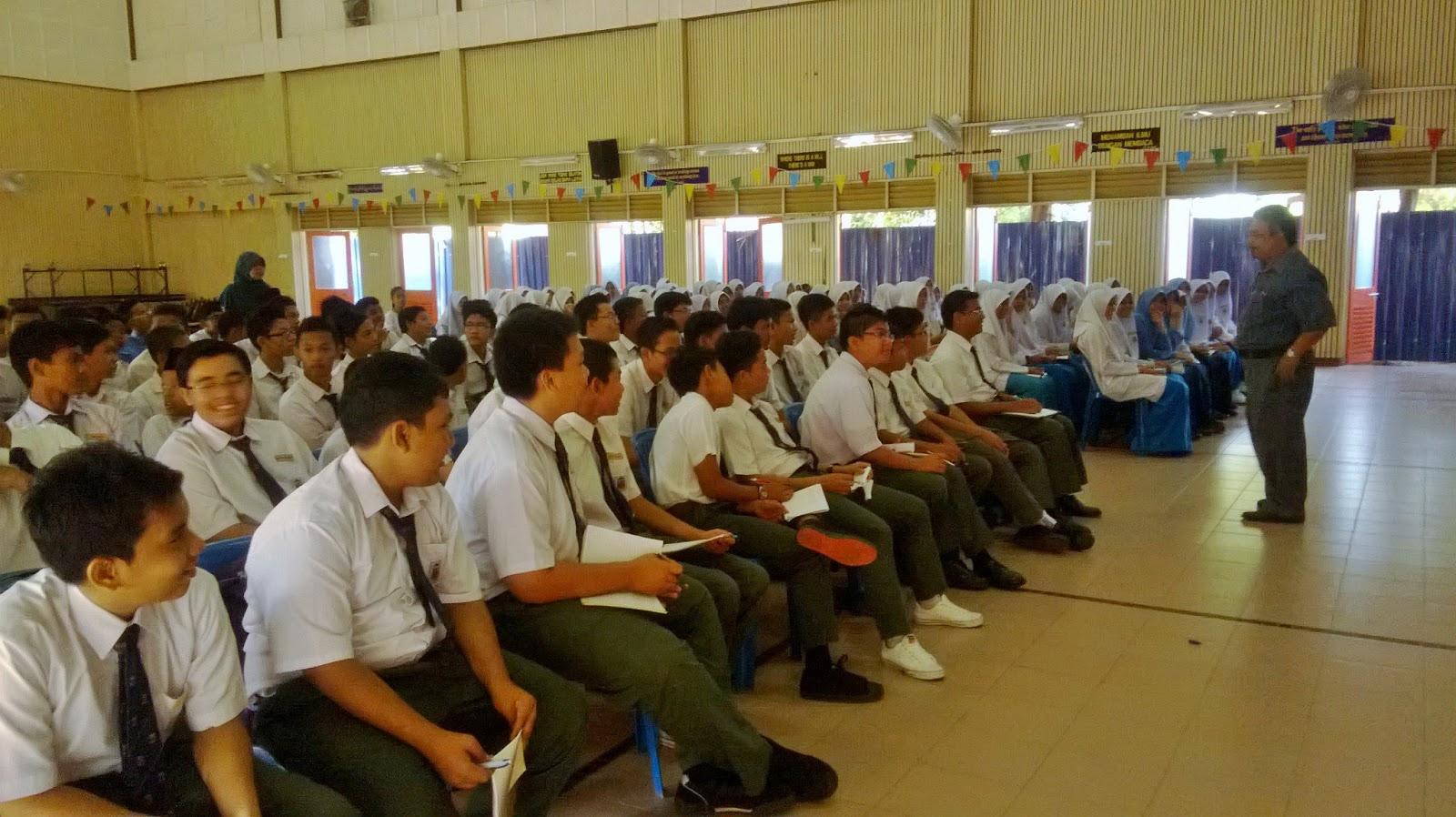 Cikgu Halim sedang menyampaikan ceramah