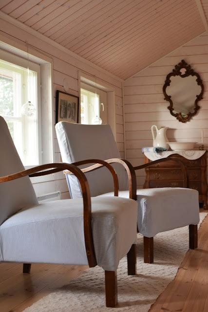 Muonamiehen mökki - Tanskalaistyylinen makuuhuone ja vanhat nojatuolit