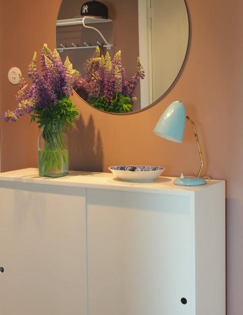 pieni eteinen kaappi lupiini vintagevalaisin pyöreä peili ruskea seinä