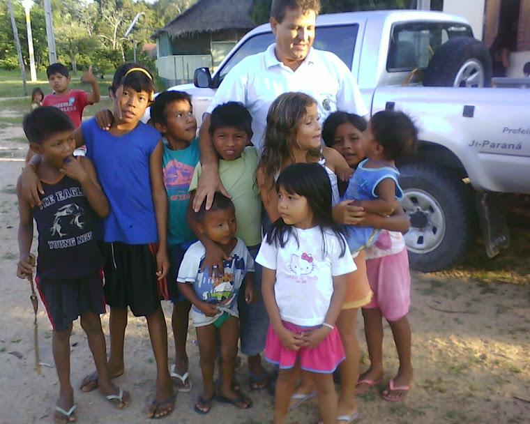 Valdir Madruga  com os Indios  da  Aldeia Interap Ji Paraná Ro.