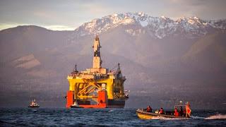 Ένα πλοίο μεταφοράς έχει μια εξέδρα γεώτρησης πετρελαίου φορτωμένη από τη Shell που σχεδιάζει να τη χρησιμοποιήσει στη Θάλασσα Chukchi.