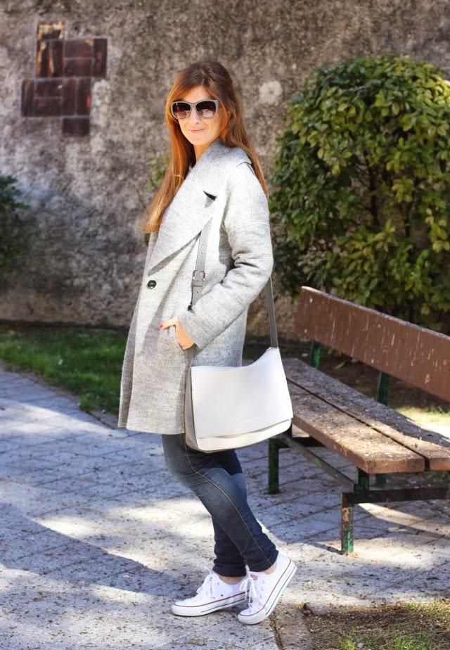 Look con Converse blancas y abrigo gris