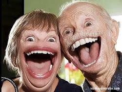 Dos personas ancianas sonriendo