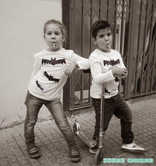 2 niños con la camiseta para Halloween y un patinete