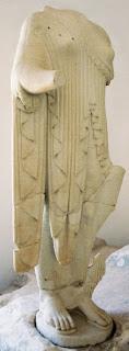 Bild 3: Kore, Mädchen, Jungfrau vom Firstakroter im Museum beim Aphaia-Tempel auf der Insel Ägina. Die Rechte am Bild liegen bei Dr. Ernst Theodor Mayer, München.