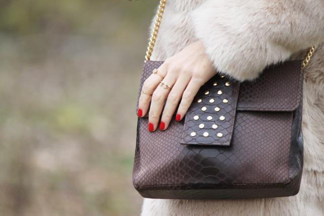 Bolso marrón y anillos mini