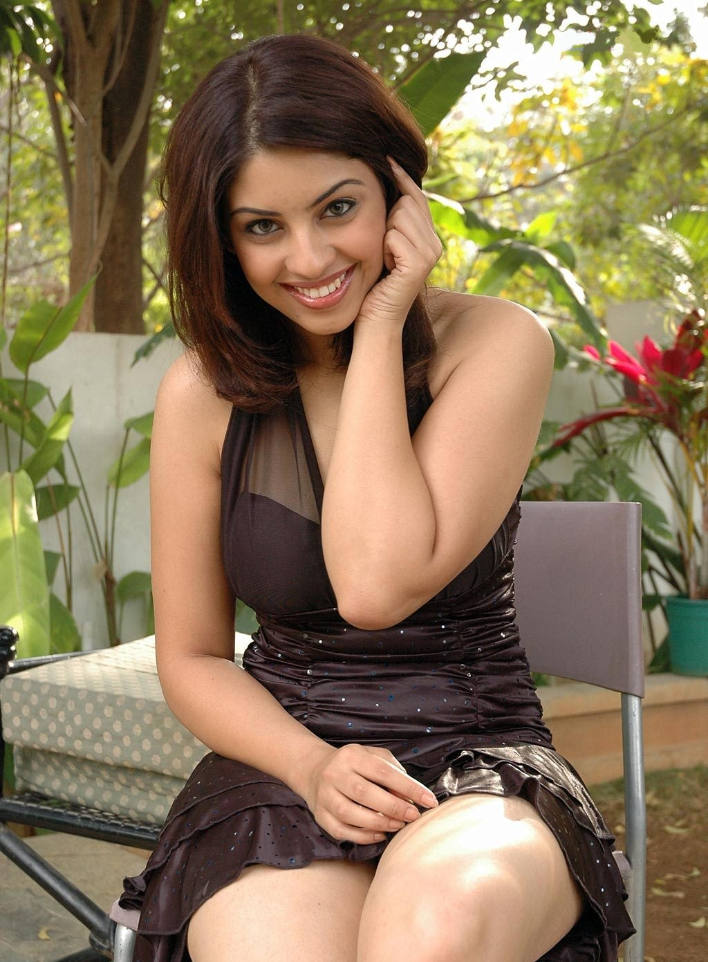 Richa Gangopadhyay Showcasing Her Milky Thighs And Cleavage In A Black
