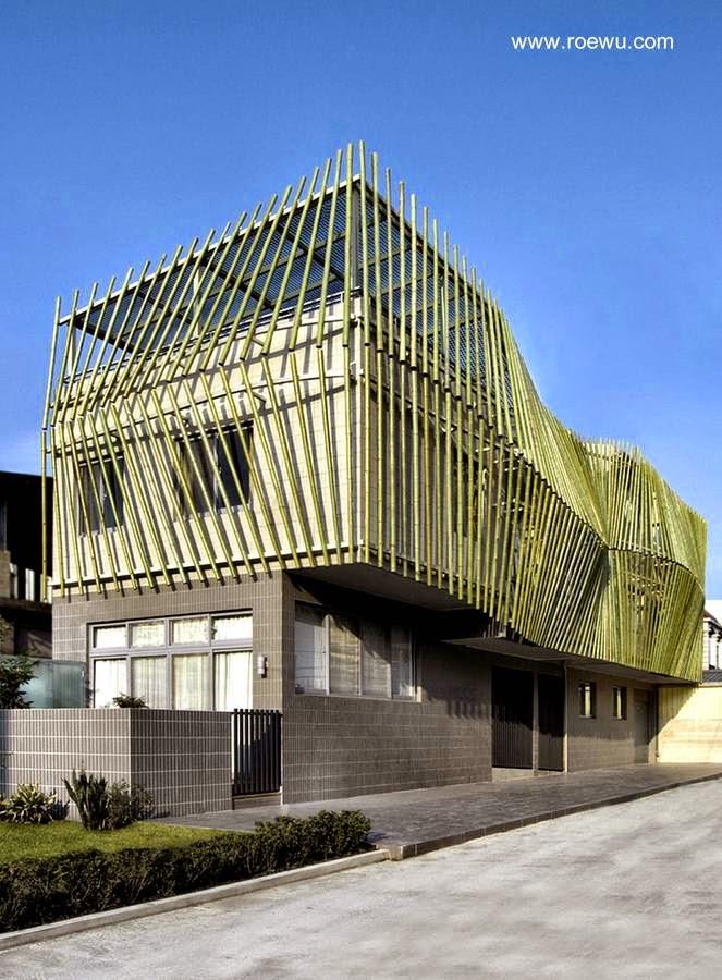 Casa de vacaciones en Taiwan con cortina de cañas de bambú en la fachada