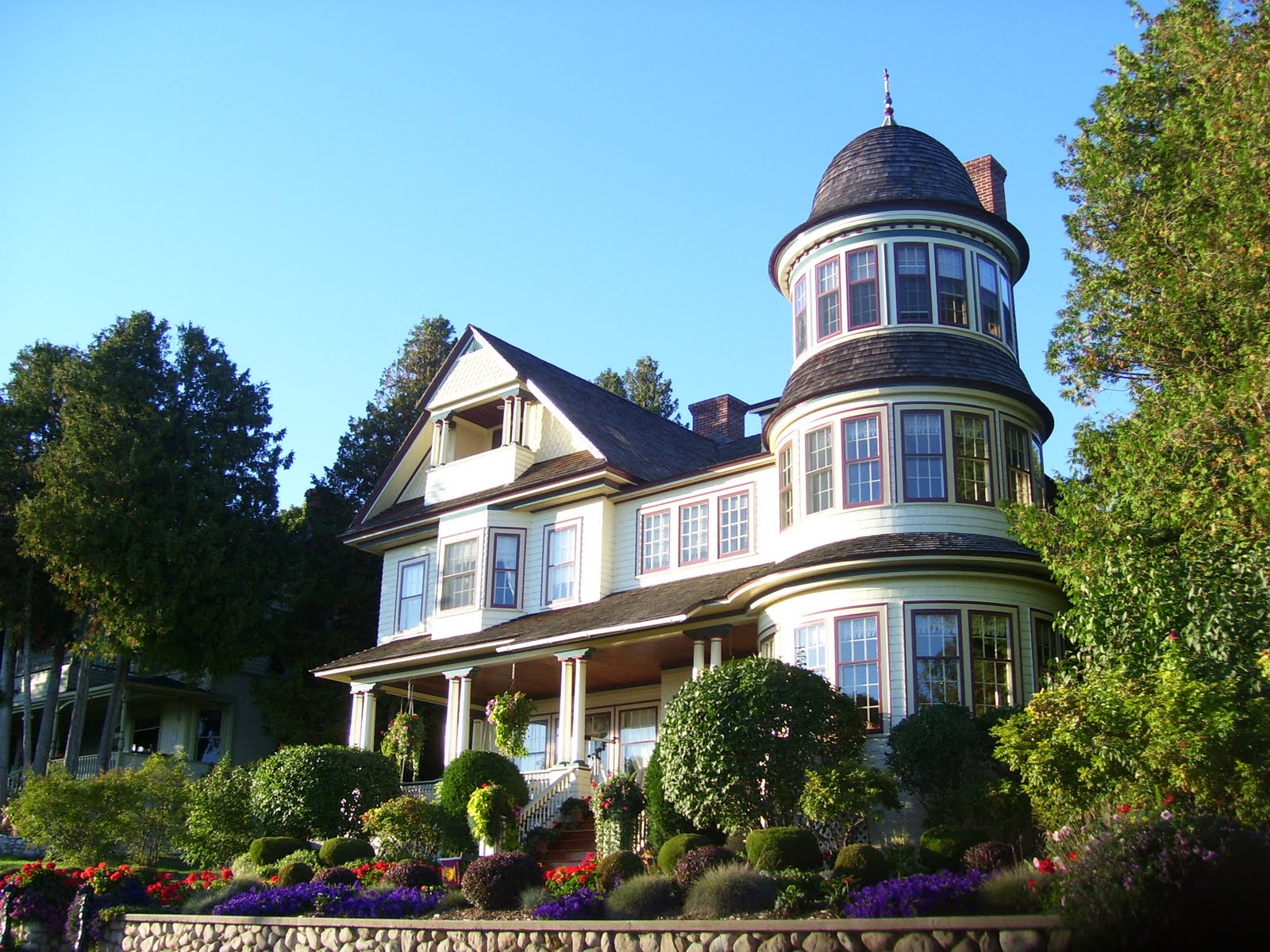 the splendid queen anne cottages of mackinaw island histarchobloghia the queen anne style of architecture that was prevalent from roughly 1880 1900 is also a sub group of the victorian style this highly decorative style
