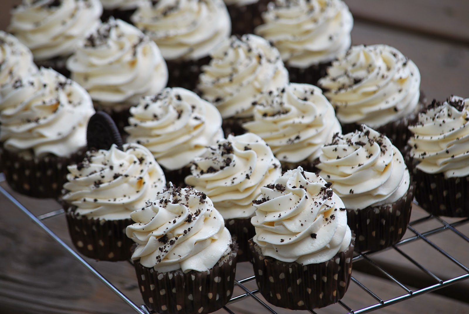 cookies and cream cupcakes makes 36 cupcakes 24 oreos 1