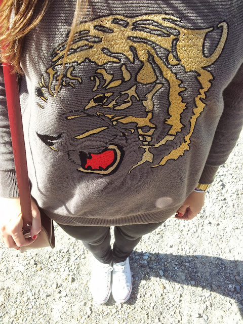 jersey con tigre bordado de Zara, zapatillas converse y bolso sachel, outfit para otoño perfecto
