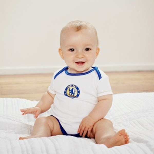 Foto bayi lucu pakai kostum sepak bola chelsea warna putih