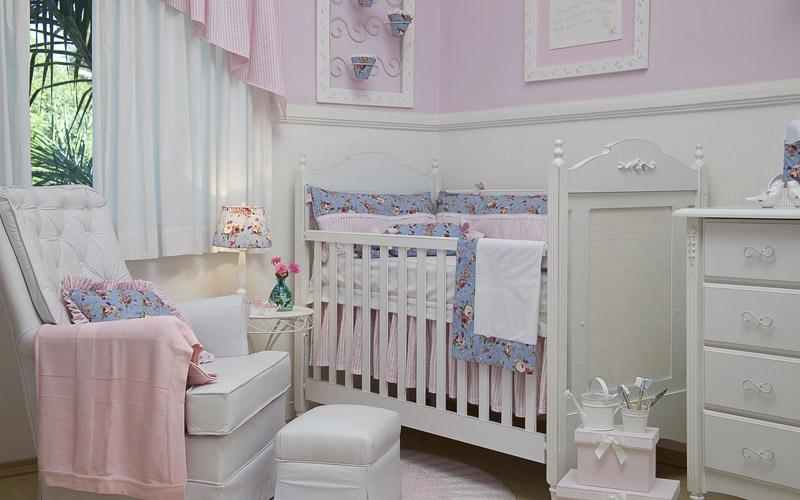 decoracao de jardim para quarto de bebe:Com tema de jardim, olha os regadores e o quadro de cachepô que
