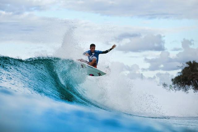 10 Quiksilver Pro Gold Coast 2015 Filipe Toledo Foto WSL Kelly Cestari