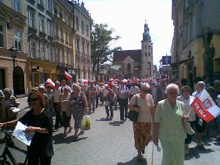 Anziani manifestanti con bandiere