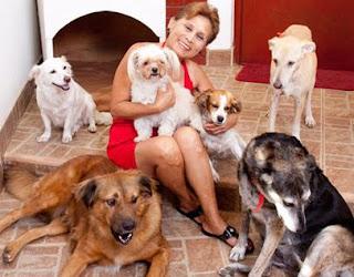 Irma Maury acompañada de lindos perros