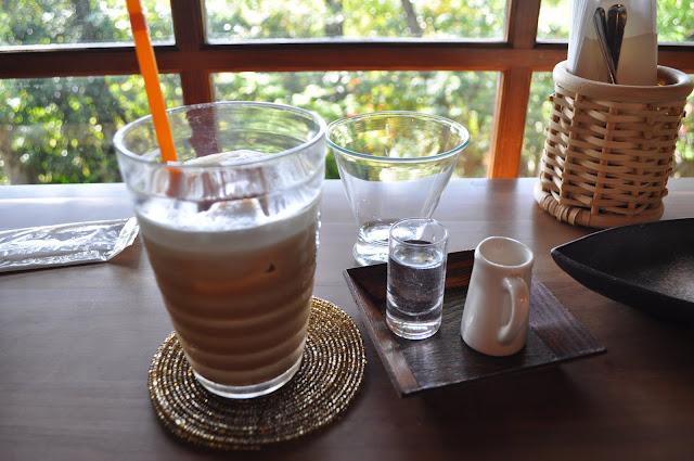 咖啡廳靠窗的位子